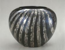 鍛黒味銅鑞流花器